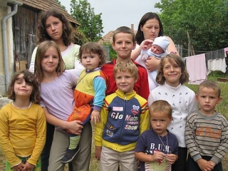 Tíz gyerekkel találtak otthonra Dénesfán